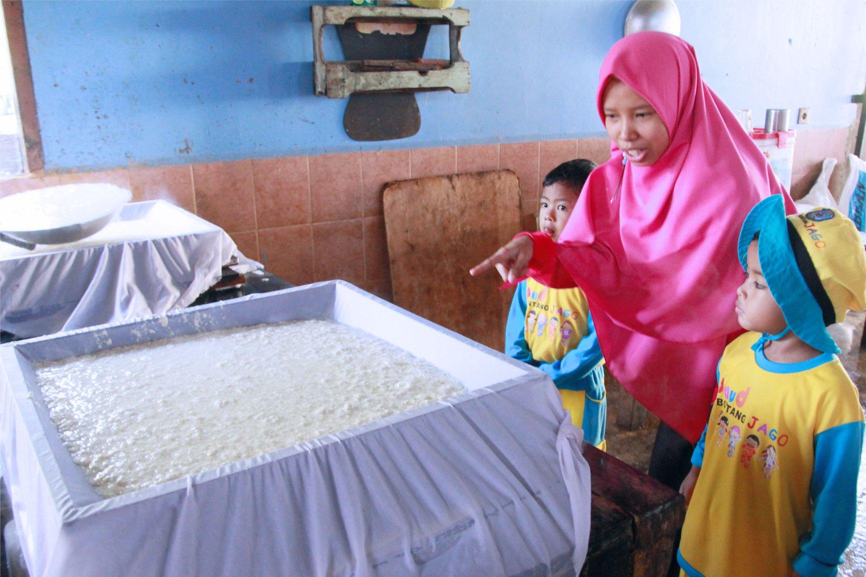 Kunjungan Pabrik Tahu, TPA YABIS Kenalkan Pengolahan Makanan Sehat